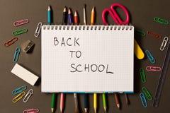 Sinal de volta à escola em um caderno Fontes de escola diferentes sobre foto de stock