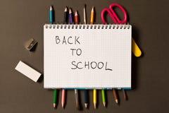 Sinal de volta à escola em um caderno Fontes de escola diferentes sobre fotografia de stock royalty free