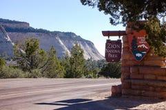 Sinal de Zion National Park, montanha do Mesa do tabuleiro de damas Fotografia de Stock Royalty Free