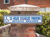 Sinal deficiente do acesso do estacionamento somente fora Fotografia de Stock Royalty Free
