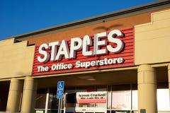 Sinal dianteiro da loja para Staples fotos de stock