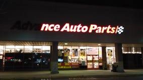 Sinal dianteiro parcialmente iluminado da loja das peças de automóvel avançadas com logotipo na noite NJ, EUA fotos de stock