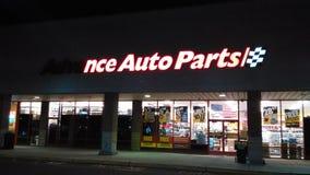 Sinal dianteiro parcialmente iluminado da loja das peças de automóvel avançadas com logotipo na noite NJ, EUA fotografia de stock royalty free