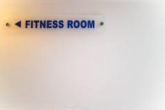 Sinal direcional à sala da aptidão na parede branca Imagens de Stock Royalty Free