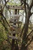 Sinal direcional de madeira velho Fotografia de Stock Royalty Free