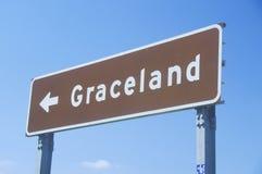Sinal direcional a Graceland, casa de Elvis Presley, Memphis, TN fotografia de stock
