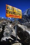 Sinal do acampamento baixo de Everest.