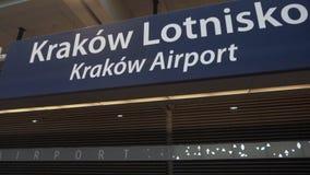 Sinal do aeroporto de Krakow na plataforma da estrada de ferro filme