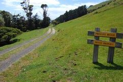 Sinal do amarelo da área rural da estrada do cascalho Imagens de Stock Royalty Free