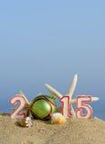 Sinal do ano novo 2015 com a bola das conchas do mar, da estrela do mar e do Natal Imagem de Stock Royalty Free