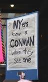 Sinal do Anti-trunfo no ` s março das mulheres, New York City, o 21 de janeiro de 2017 Foto de Stock Royalty Free