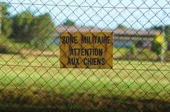 Sinal do aviso da zona militar Fotografia de Stock
