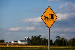 Sinal do carrinho de Amish imagens de stock royalty free