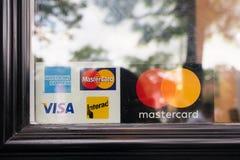 Sinal do cartão de crédito afixado na porta fotos de stock royalty free