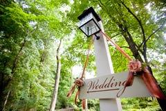 Sinal do casamento que aponta para a cerimônia Imagem de Stock