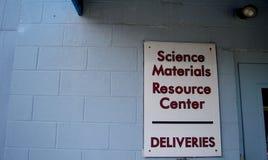 Sinal do centro do recurso de materiais da ciência fotos de stock