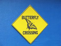 Sinal do cruzamento da borboleta imagens de stock