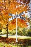 Sinal do cruzamento de estrada de ferro do outono imagens de stock