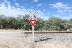 Sinal do cruzamento de estrada de ferro e sinal de rendimento Fotos de Stock Royalty Free