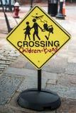 Sinal do cruzamento para crianças e famílias dos erros imagens de stock royalty free