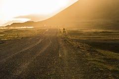 Sinal do cuidado na estrada do cascalho com por do sol dourado em Stokksnes, gelo Foto de Stock Royalty Free