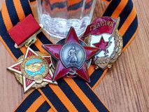 Sinal do ` de URSS do guerreiro-internatsionalist do `, ordem do ` vermelho da estrela do ` e sinal do ` dos protetores do ` na f fotografia de stock
