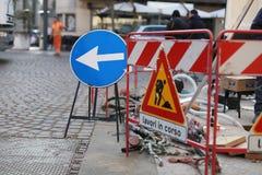 Sinal do desenvolvimento Estrada fechado, trabalho na manutenção do reparo fotografia de stock royalty free