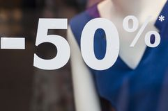 Sinal do disconto - 50% na janela na loja da forma Fotos de Stock Royalty Free
