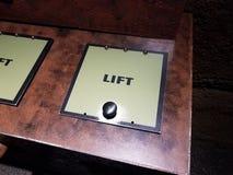 Sinal do elevador com botão em uma caixa foto de stock royalty free