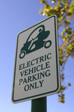 Sinal do estacionamento da prioridade para veículos eléctricos somente na celebração florida Estados Unidos EUA Foto de Stock