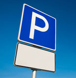 Sinal do estacionamento em um fundo azul Fotos de Stock Royalty Free
