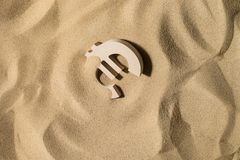 Sinal do Euro na areia imagem de stock royalty free