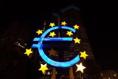 Sinal do Euro na noite Fotografia de Stock