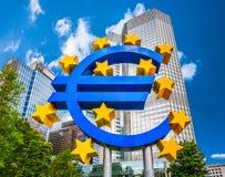 Sinal do Euro no Banco Central Europeu em Francoforte, Alemanha Foto de Stock
