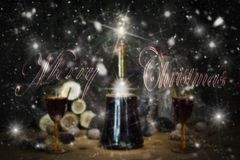 Sinal do Feliz Natal com a garrafa e os vidros do vintage do vinho tinto com referência a Foto de Stock