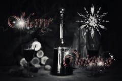 Sinal do Feliz Natal com a garrafa e os vidros do vintage do vinho tinto com referência a Imagens de Stock