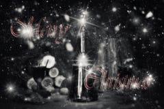 Sinal do Feliz Natal com a garrafa e os vidros do vintage do vinho tinto com referência a Fotografia de Stock