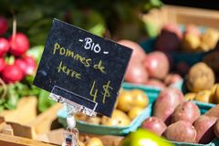 Sinal do giz que vende batatas orgânicas sob o nome dos patates bio fotos de stock royalty free
