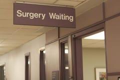 Sinal do hospital: Espera da cirurgia imagens de stock