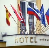Sinal do hotel com bandeiras nacionais fotos de stock royalty free