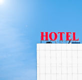 Sinal do hotel no edifício Fotos de Stock Royalty Free