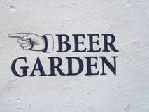 Sinal do jardim da cerveja na parede textured branca Fotografia de Stock