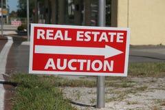 Sinal do leilão dos bens imobiliários Foto de Stock