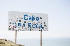 Sinal do letreiro ou de estrada de Cabo a Dinamarca Roca em Portugal fotografia de stock