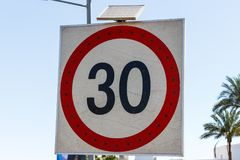 Sinal do limite de velocidade a 30 com o painel solar na estrada Imagem de Stock Royalty Free