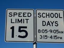 Sinal do limite de velocidade da escola de 15 MPH imagens de stock royalty free