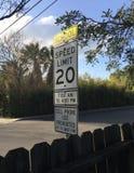 Sinal do limite de velocidade 20 da zona da escola imagens de stock