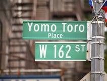 Sinal do lugar de Yomo Toro honrar o músico legendário fotos de stock royalty free