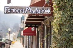 Sinal do mercado do fazendeiro da cidade pequena Fotos de Stock Royalty Free