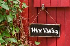 sinal do metal com a degustação de vinhos da inscrição Foto de Stock